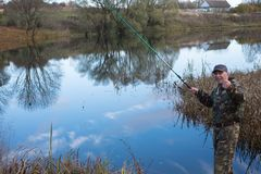 Une corde de traction supérieure de pêcheur sur le rivage du lac Photos libres de droits