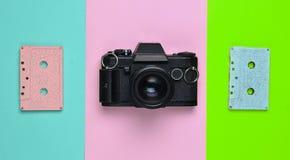 Une couleur en pastel de rétro bande de cassette sonore et un appareil-photo de film image libre de droits