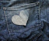 Une coupe élégante de coeur de denim bleu se situe à l'arrière-plan de Photographie stock