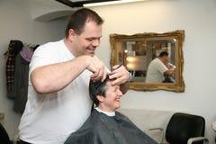 Une coupe pour une dame aux coiffeurs Photo stock