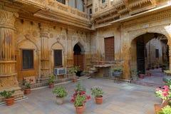 Une cour et une allée de palais de Mandir dans Jaisalmer Image stock