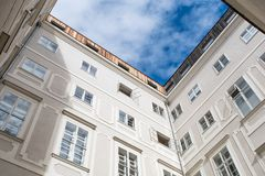 Une cour typique traditionnelle de bâtiment de Vienne, avec un s bleu images stock