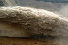 Une crête fabriquée par l'homme d'inondation de sortie de barrage Photos stock