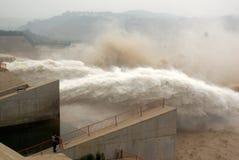 Une crête fabriquée par l'homme d'inondation de sortie de barrage Images stock
