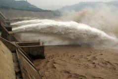 Une crête fabriquée par l'homme d'inondation de sortie de barrage. Image libre de droits