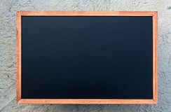 Une craie blanche sur le fond/blanc vides de panneau de craie photographie stock libre de droits