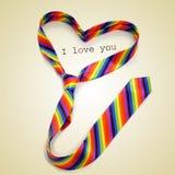 Une cravate d'arc-en-ciel formant un coeur et le texte je t'aime, avec Photographie stock libre de droits