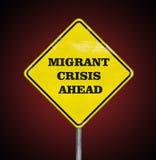 Une crise migratrice de panneau routier en avant sur le rubis Photographie stock