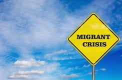 Une crise migratrice de panneau routier sur le fond de ciel Photo stock