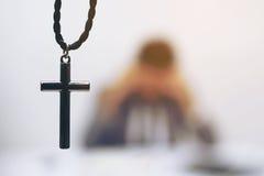 Une croix avec l'homme d'affaires à l'échec Photographie stock
