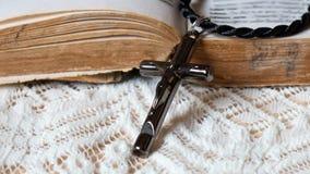 Une croix avec le vieux livre Images libres de droits
