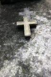 Une croix dans une vieille tombe à Paris image stock