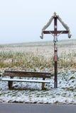 Une croix en bois de bord de la route Photos libres de droits