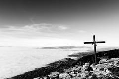 Une croix en bois sur la montagne de Subasio, avec une mer de bel de brouillard Images stock