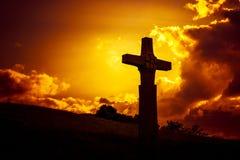 une croix en pierre devant un ciel dramatique de soirée Photos libres de droits