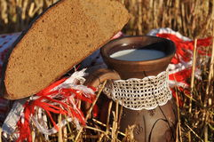 Une cruche de lait et d'un demi pain de pain de seigle Images stock