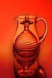 Une cruche en verre, billes et un verre à vin Images libres de droits