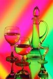 Une cruche en verre et trois verres à vin Photographie stock libre de droits