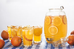 Une cruche et verres de limonade orange photo stock