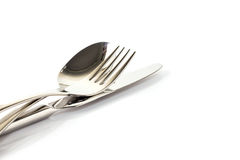 Une cuillère, une fourchette et un couteau empilés sur un fond blanc Images libres de droits