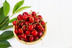 Une cuvette avec des cherrys sur la table blanche Photos libres de droits