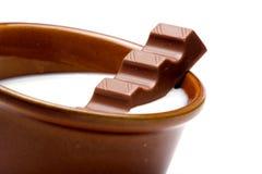 Une cuvette avec du lait et le chocolat Photographie stock