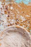 Une cuvette avec le mastic sec sur un panneau dur photos stock