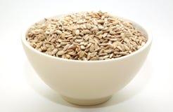 Une cuvette complètement de graines de tournesol Photos stock