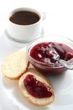 Une cuvette de café avec de la confiture de fruit Photo stock