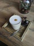 Une cuvette de café avec du chocolat photo stock