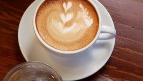 Une cuvette de café de cappuccino banque de vidéos