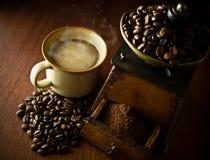 Une cuvette de café chaud, et une rectifieuse de café antique photo stock