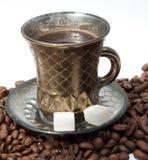 Une cuvette de café est sur les grains de café Photos libres de droits
