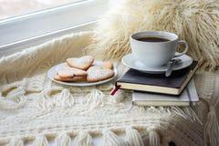 Une cuvette de café et de biscuits image libre de droits