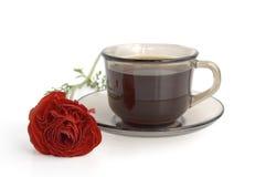 Une cuvette de café et de fleur rouge Photos stock