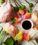 Une cuvette de café noir Image stock