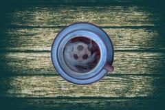 Une cuvette de café sur une première vue en bois de table Image libre de droits