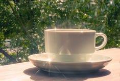 Une cuvette de café sur une table en bois Photographie stock libre de droits