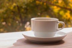 Une cuvette de café sur une table en bois Image stock