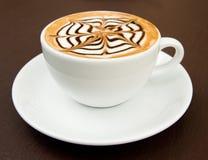 Une cuvette de café chaud de latte-art Photo stock
