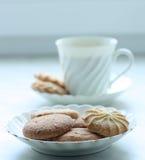 Une cuvette de cofee ou de thé avec des biscuits photos libres de droits