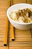 Une cuvette de riz et de deux bâtons Photos libres de droits
