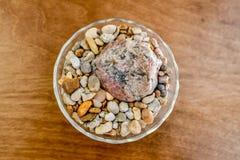 Une cuvette de roches se repose comme pièce maîtresse pour une décoration de table dans une maison du ` s de personne photos libres de droits