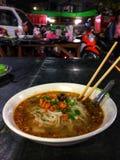 Une cuvette de Shan Noodles au marché chinois de nuit à Mandalay image stock