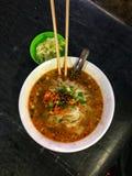 Une cuvette de Shan Noodles au marché chinois de nuit à Mandalay photographie stock