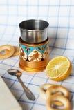 Une cuvette de thé avec le citron Image stock