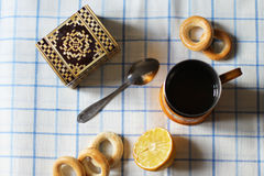 Une cuvette de thé avec le citron Photographie stock libre de droits