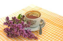 Une cuvette de thé avec le citron et le lilas Photo stock