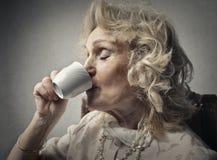 Une cuvette de thé chaud Photo stock