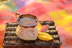 Une cuvette de thé de fines herbes photos stock